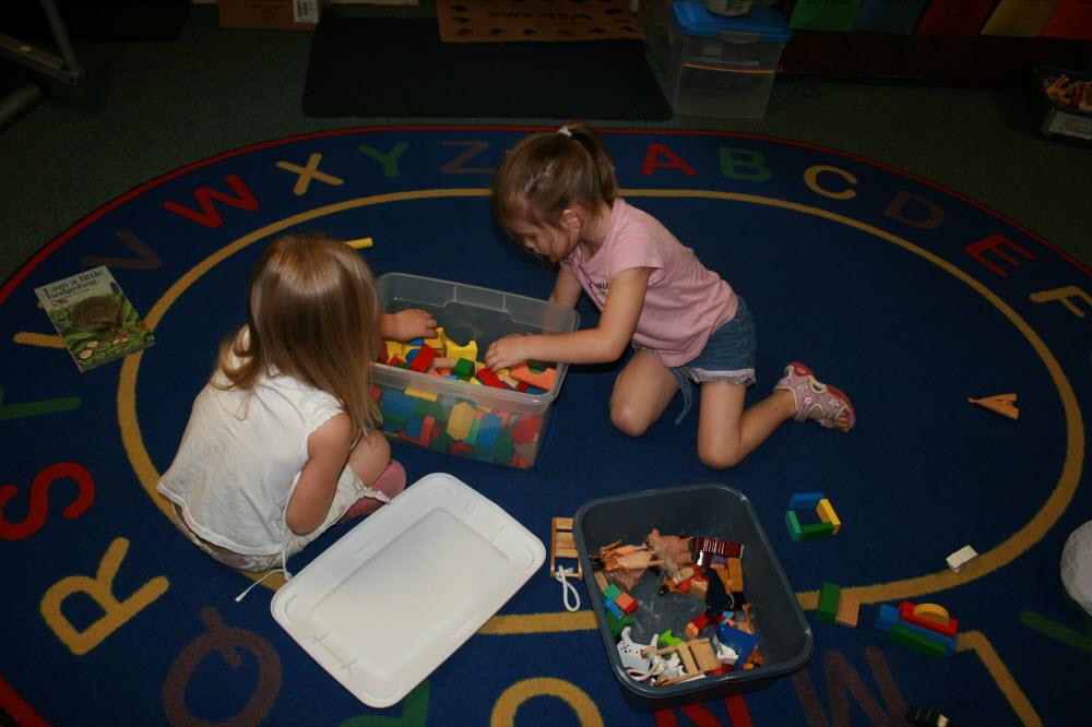 2 Girls Playing with Blocks (1000x666)