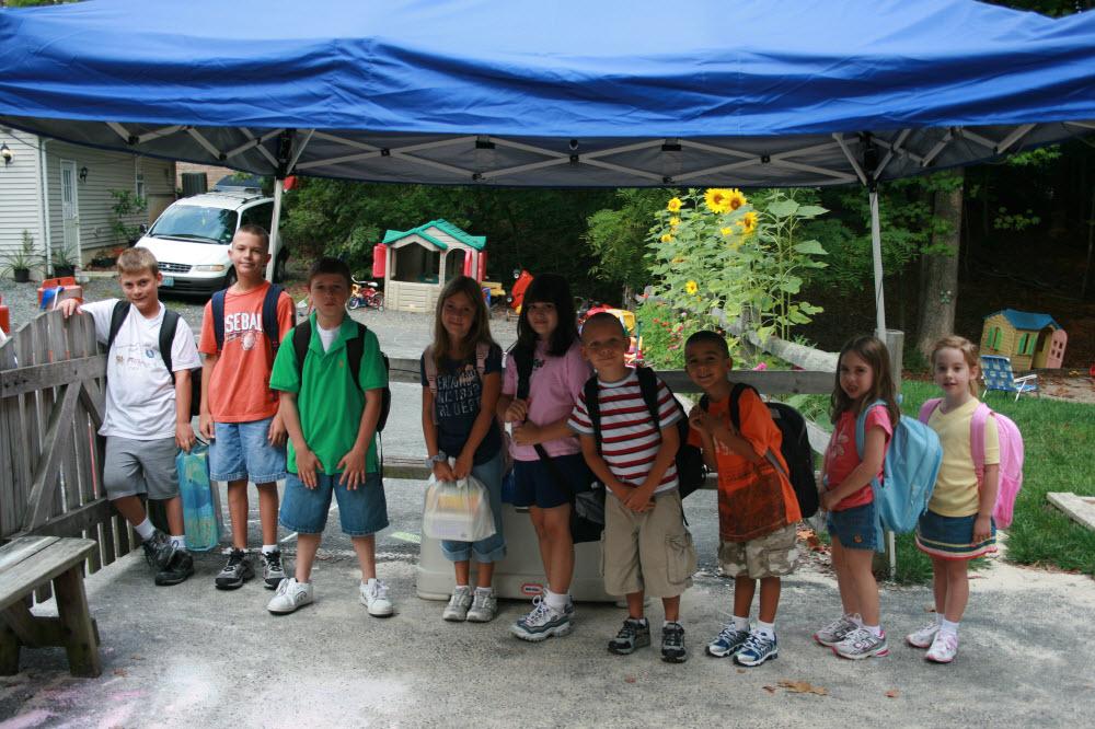 Kids Under Blue Tent (1000x666)